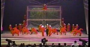 NHK紅白歌合戦にダンサーの赤つなぎを提供